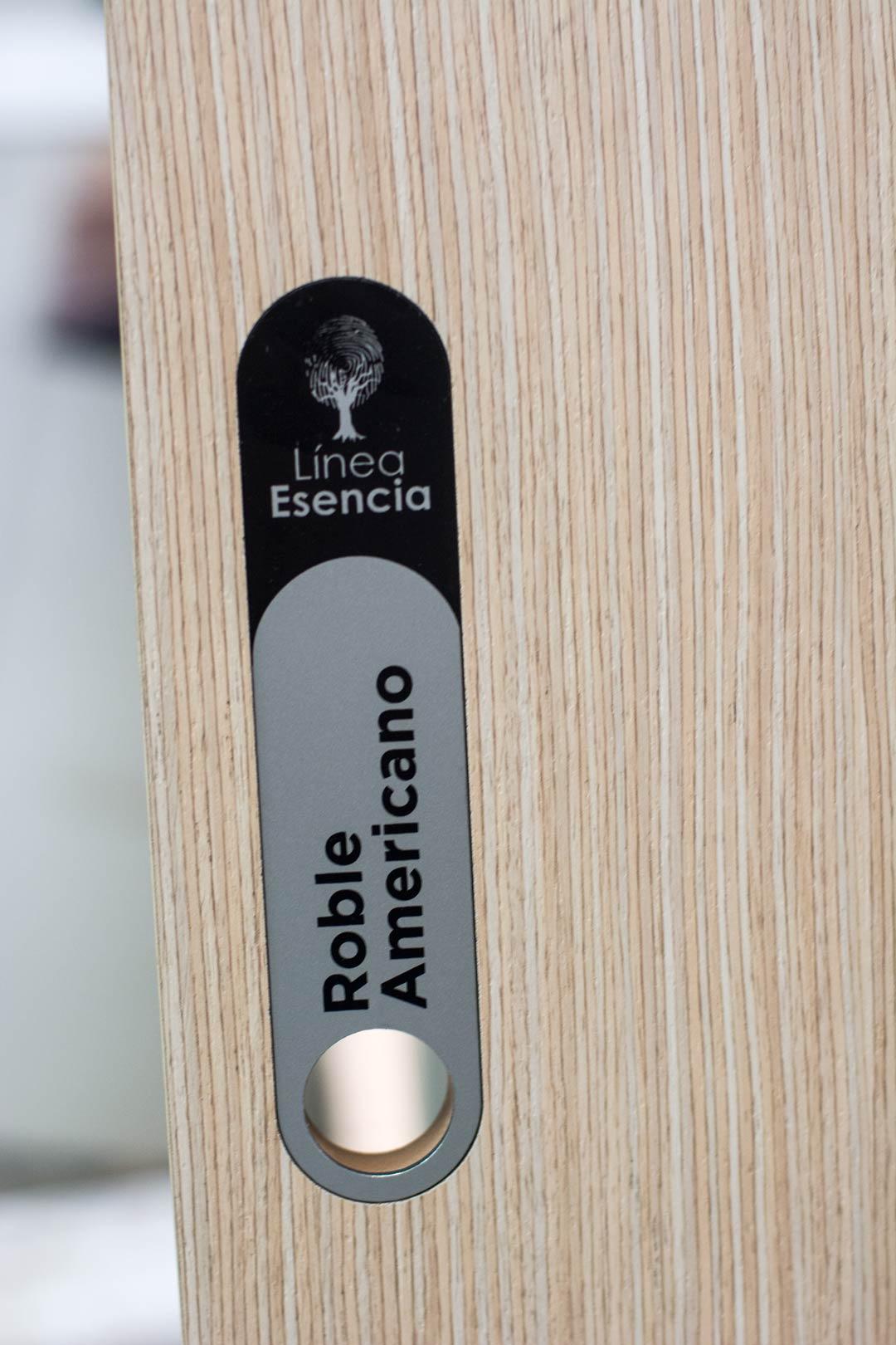 Muestra placa diseño exhibidores 30 diseño estratégico