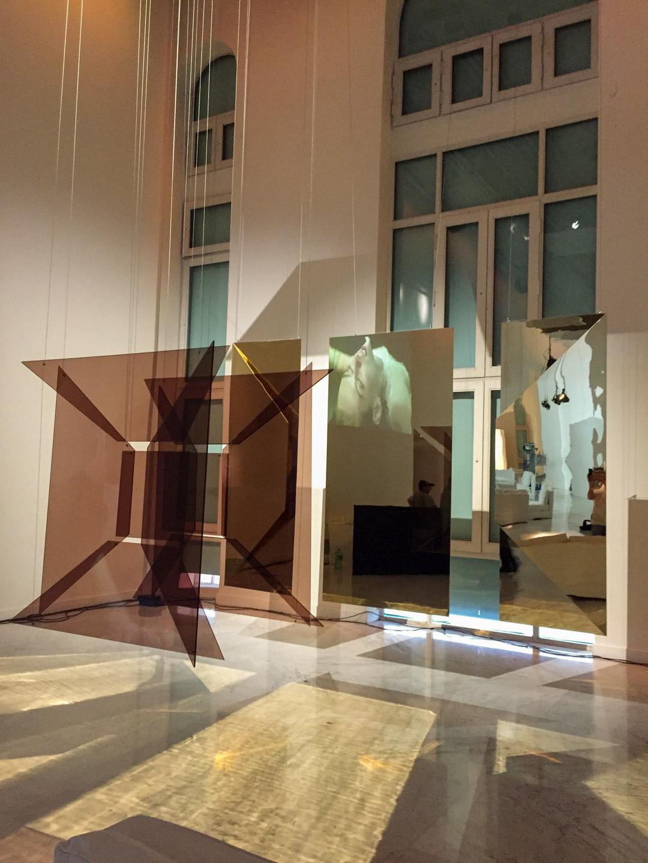Estructuras colgantes fiesta Gabrielle Chanel en Faena Art Center.