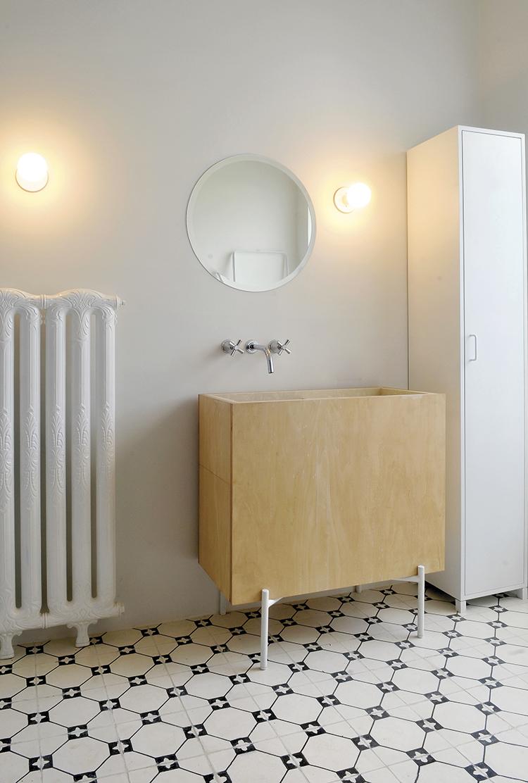 Bacha baño a medida revestida en madera.