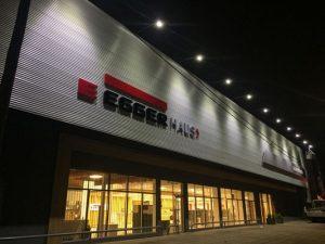Fachada exterior local Egger Haus 30 diseño estratégico
