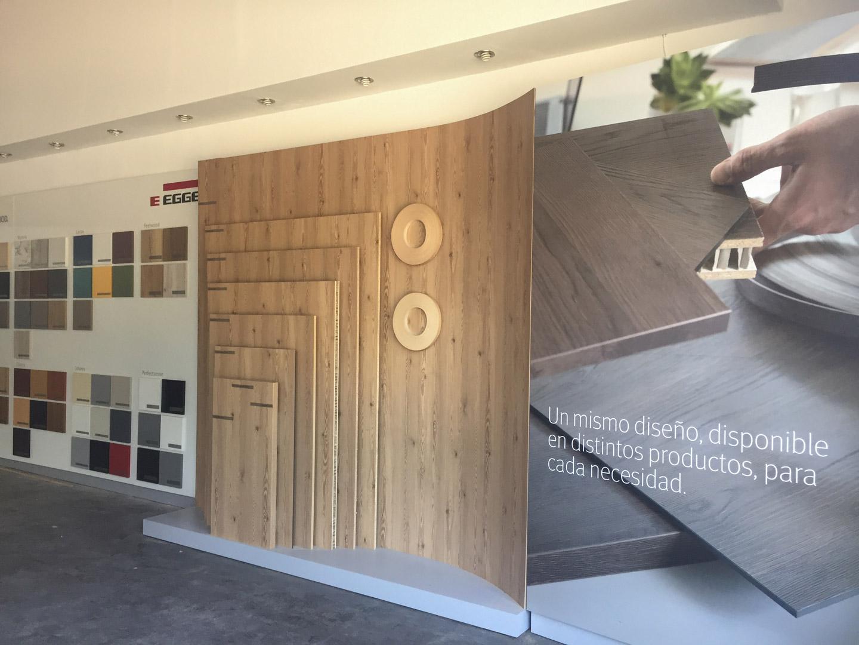 Exhibición Local Comercial Egger Haus 30 diseño estratégico